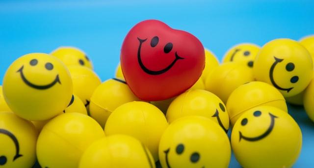 Smilende hjerte blant smilende gule baller
